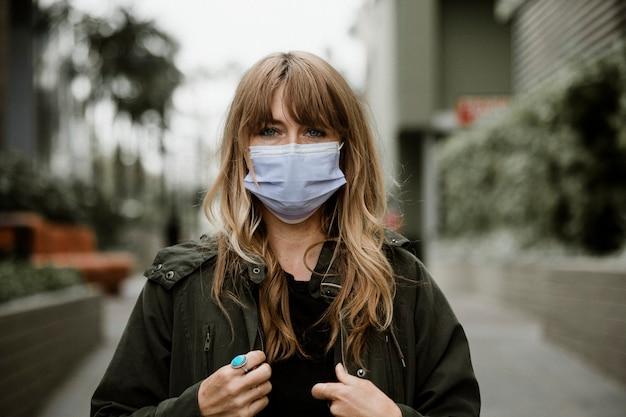 코로나바이러스 전염병 동안 공공 장소에서 얼굴 마스크를 쓴 여성