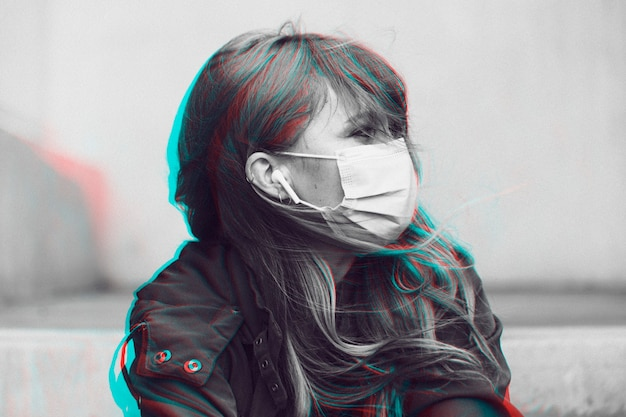 公共のソーシャルテンプレートでフェイスマスクを着用している女性