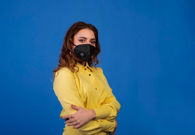 フェイスマスクを身に着けている女性、カメラを見て、クローズアップ。インフルエンザの流行、ウイルスに対する保護。