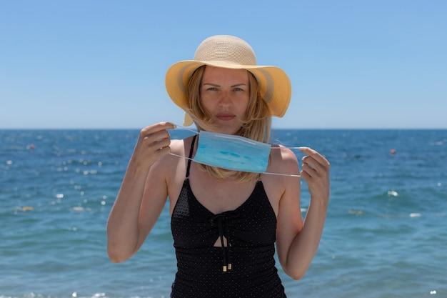 ビーチでフェイスマスクを着ている女性