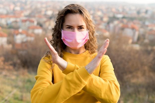 屋外医療マスクを着ている女性