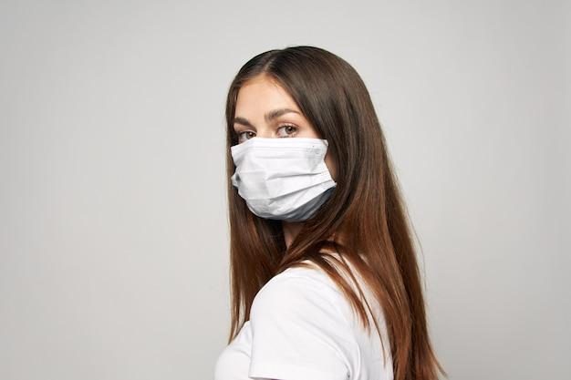 의료 마스크를 착용하는 여자
