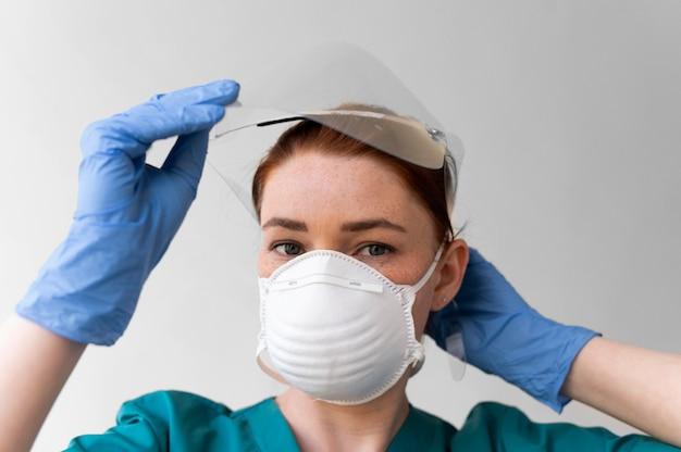의료 보호 장비를 착용하는 여자