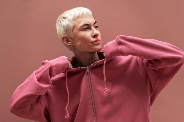빨간 후드티를 입은 여성 프리미엄 사진