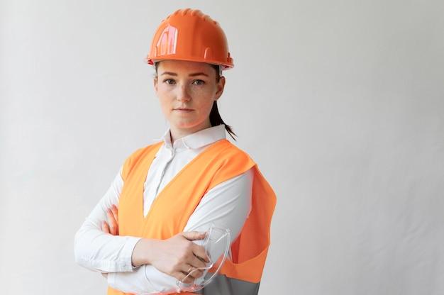 Женщина, носящая специальное промышленное защитное оборудование Бесплатные Фотографии