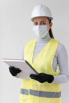 특수 산업 보호 장비를 착용하는 여자