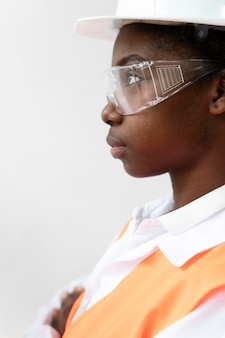 Женщина, носящая специальное промышленное защитное оборудование