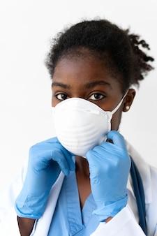 특수 의료 보호 장비를 착용하는 여성