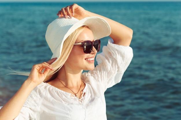 麦わら帽子を着ている女性