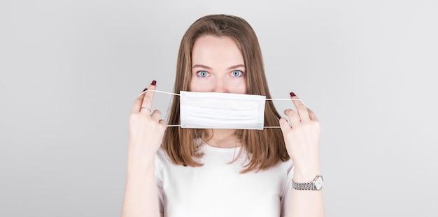 他の人がコロナcovid-19やインフルエンザに感染するのを防ぐためにアンチウイルス保護マスクを着用している女性