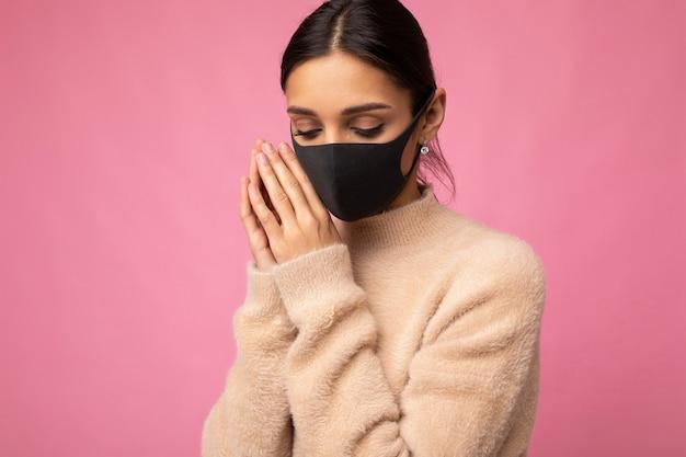 他の人がコロナを防ぐためにアンチウイルス保護マスクを着用している女性covid19