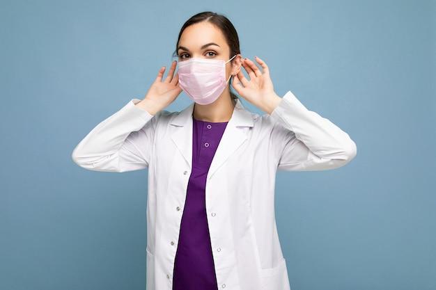他の人がコロナウイルスに感染するのを防ぐためにアンチウイルス保護マスクを着用している女性