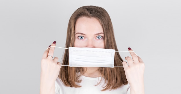 안티 바이러스 보호 마스크를 착용하는 여자
