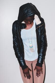 Женщина в черной кожаной куртке