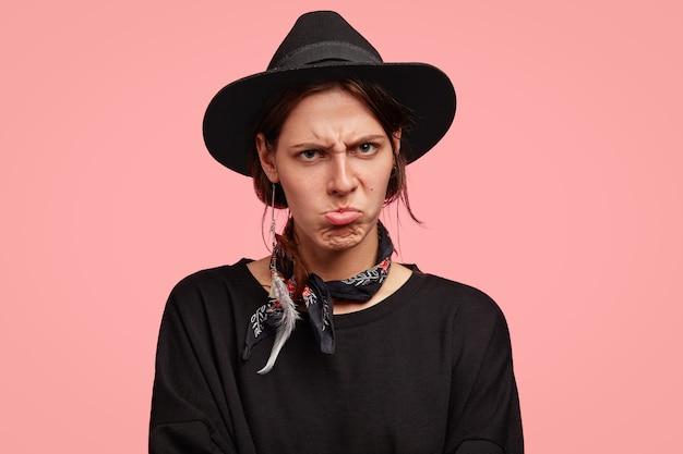 黒のスタイリッシュな帽子を着ている女性