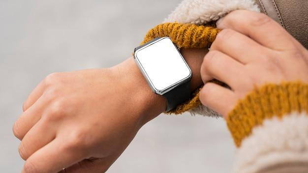 Donna che indossa uno smartwatch vuoto