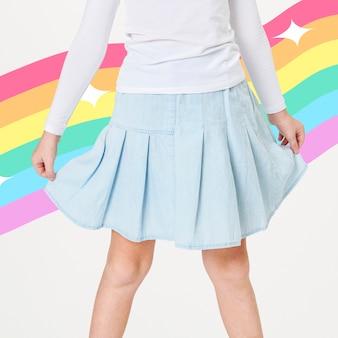 青いスカートをはいている女性