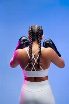 권투 장갑을 끼고 있는 여성 미디엄 샷