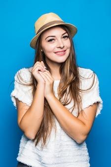 青にカジュアルな白いシャツと帽子を着ている女性