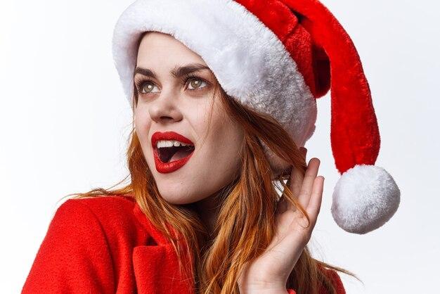 クリスマスの服を着ている女性は、感情を贅沢にポーズをとるファッションスタジオです。高品質の写真