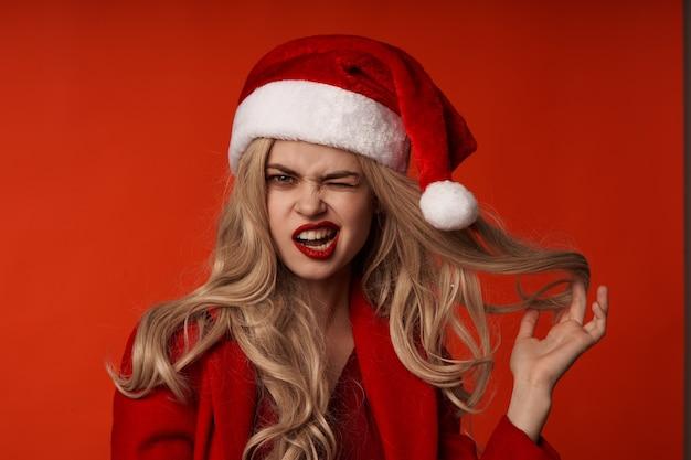 크리스마스 옷을 입고 여자 재미 휴일 포즈 빨간색 배경