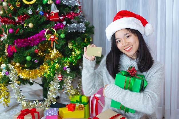 크리스마스 선물에 행복 크리스마스 모자를 쓰고 여자