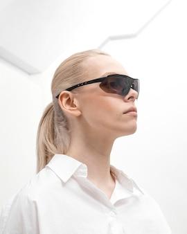 디지털 안경을 착용하는 여자