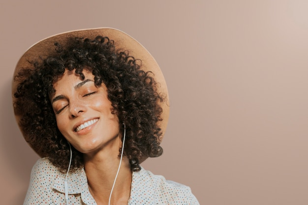 Donna che indossa gli auricolari sfondo remixato media