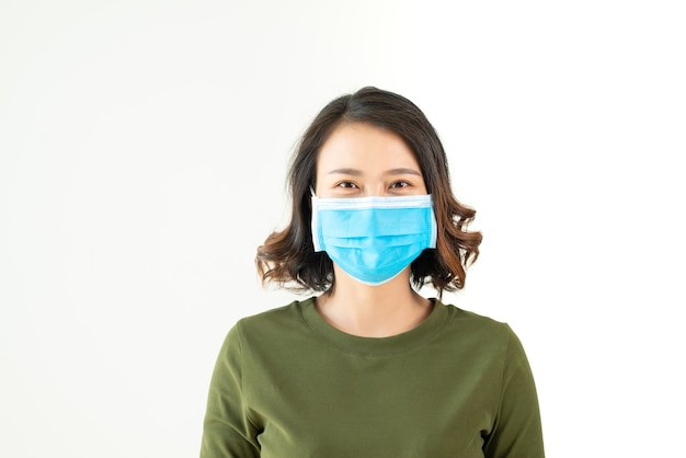 市内の大気汚染やウイルスの流行のためにフェイスマスクを着用している女性