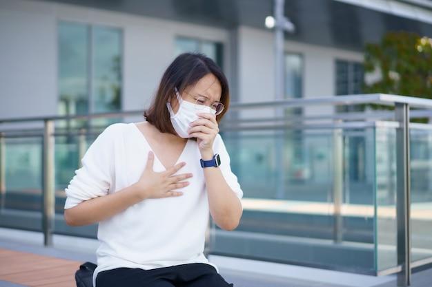 Женщина в маске для лица защищает фильтр от загрязнения воздуха pm25 или носит маску n95, защищая от смога и вирусов загрязнения