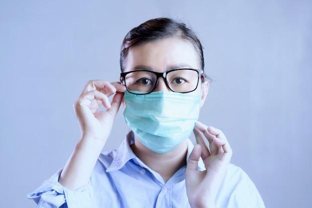 Женщина в маске, защищающей от коронавируса, девушка с хирургической маской на лице от коронавирусной болезни 2019.