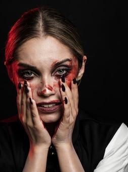 偽の血化粧を着ている女性