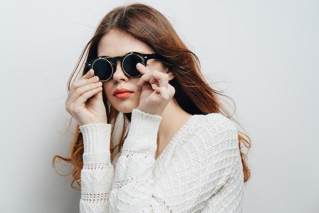 여자 패션 안경 빨간 입술 매력적인 고립 된 배경을 입고