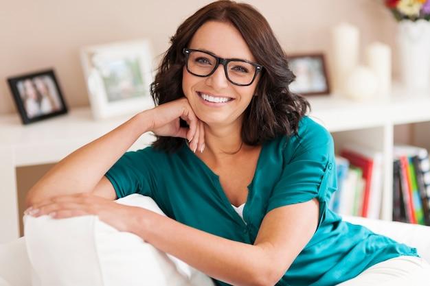 Женщина в модных очках