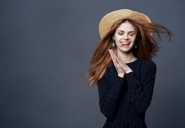 帽子をかぶった女性ファッショングラマーラグジュアリー