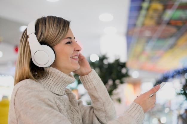 ショッピングモールでヘッドフォンを着ている女性