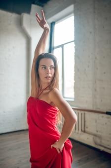 ダンスルーチンを実行するかかとを身に着けている女性