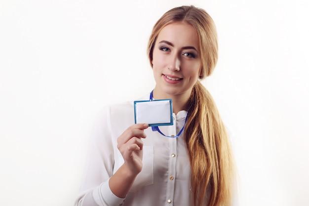 Женщина носит удостоверение личности на шнурке вокруг ее шеи