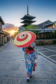 Donna che indossa il tradizionale giapponese kimono con ombrellone a yasaka pagoda e sannen zaka street a kyoto, in giappone.