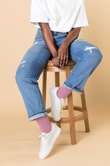 Woman wearing jeans and white sneakers