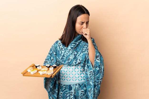 기모노를 입고 기침을 많이하는 초밥을 들고있는 여성