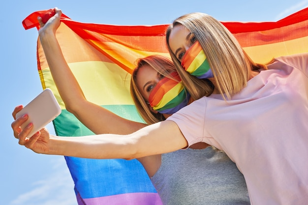 야외에서 lgbt 깃발을 들고 셀카를 찍는 여자. 고품질 사진