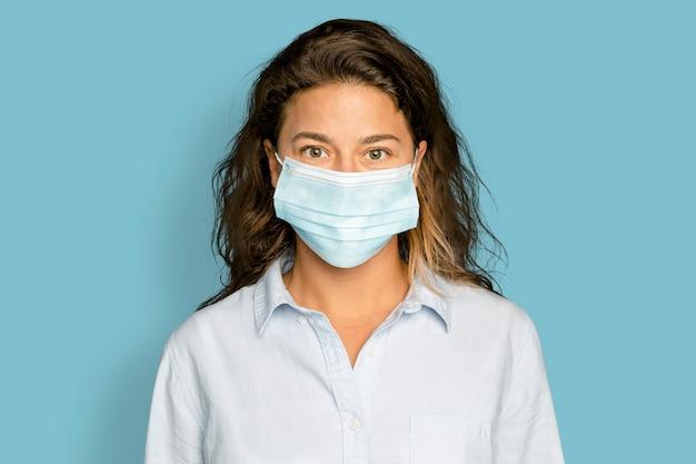 Donna che indossa la maschera nella nuova normalità