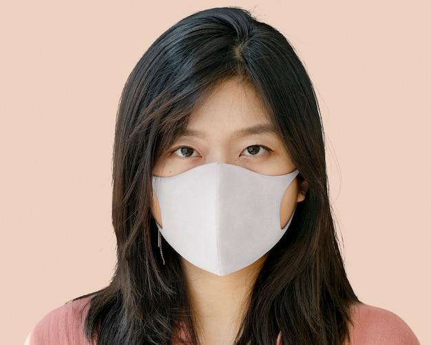 Ritratto di donna che indossa una maschera, durante la nuova normalità