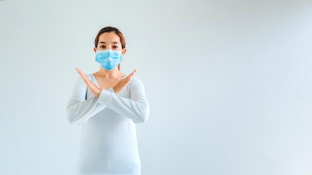 感染症を避けるためにマスクを着ている女性