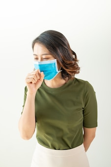 ウイルスや気分が悪くなるのを避けるためにマスクを着用している女性