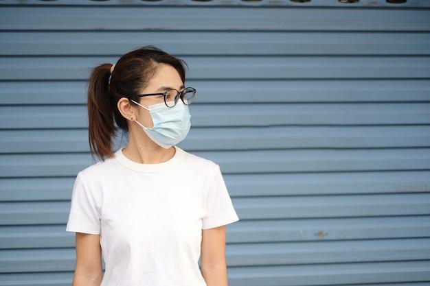 의료용 얼굴 마스크를 쓴 여성, 코로나바이러스 또는 코로나바이러스 질병(covid-19)을 예방합니다. 건강 개념