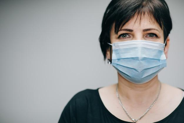 Женщина, носящая медицинскую маску во время эпидемии коронавируса covid-19. защита больной женщины во время пандемии.
