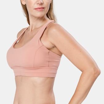 Женщина носит розовый спортивный бюстгальтер