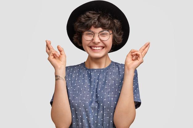 폴카 도트 블라우스와 큰 모자를 쓰고 여자